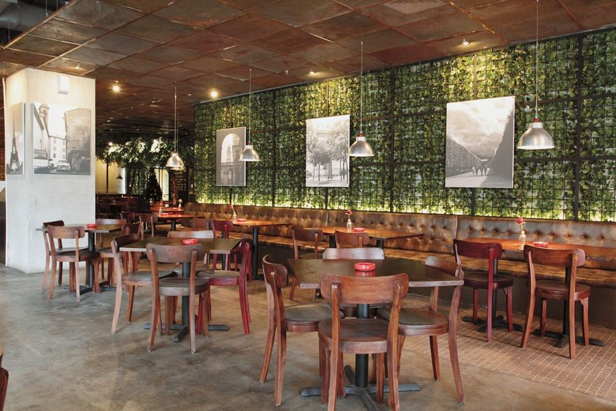 Trang trí quán cafe diện tích rộng được ứng dụng nhiều nhất