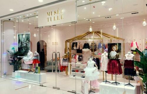 Cách trang trí cửa hàng quần áo trẻ em đơn giản và tiết kiệm