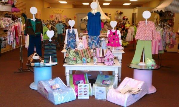 Cách trang trí cửa hàng trẻ em, shop quần áo trẻ em nhiều màu sắc