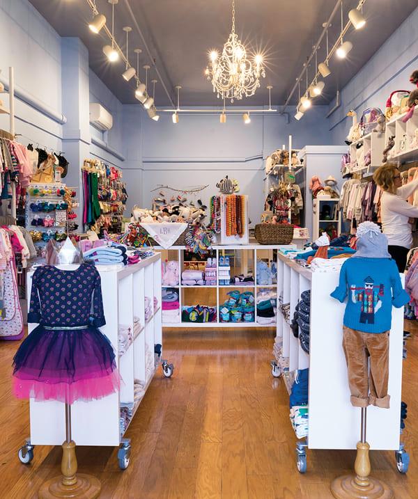 Các mẫu giấy dán tường shop quần áo trẻ em dễ thương