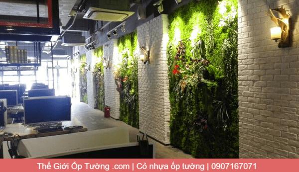 Trang trí quán ăn bằng thảm cỏ ốp tường kết hợp ốp tường nhựa pvc